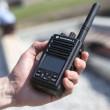 Vysílačka Motorola MOTOTRBO™ DP 3661e v ruce