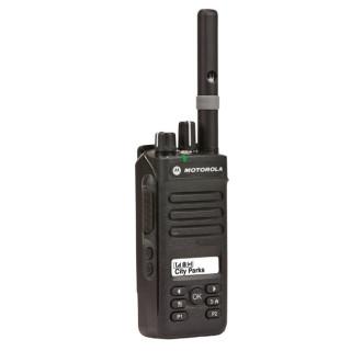 Motorola DP2600 UHF s krátkou anténou, pohled na PPT a funkční tlačítka
